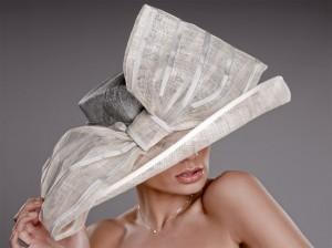 Decidirse por un sombrero para ir de Boda