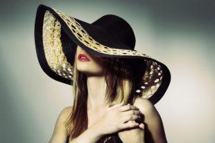 Manual de estilo: ¿Cómo ser la invitada perfecta con un sombrero este verano?